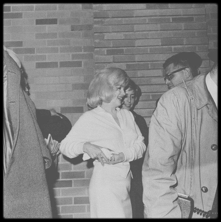 """5 Mars 1961 / (PART IV) Après une cure de repos de vingt-trois jours, Marilyn regagna son appartement de la 57ème Rue. A sa sortie de l'hôpital, sept vigiles l'escortaient à travers une foule d'admirateurs, de journalistes et de photographes. May REIS, Pat NEWCOMB et son collègue de l'agence d'Arthur JACOBS à New York, John SPRINGER, étaient là pour l'aider. Joe DiMAGGIO l'invita à le rejoindre en Floride, où il effectuait l'entraînement de printemps des """"Yankees"""", à St Petersburg. Marilyn saisit l'opportunité de s'échapper quelque temps et de bénéficier de l'amitié et de la sécurité que lui offrait DiMAGGIO. Elle passa quelques jours à se reposer dans son appartement, en compagnie de May REIS et de Pat NEWCOMB. A cette période, Pat était très protectrice avec Marilyn."""