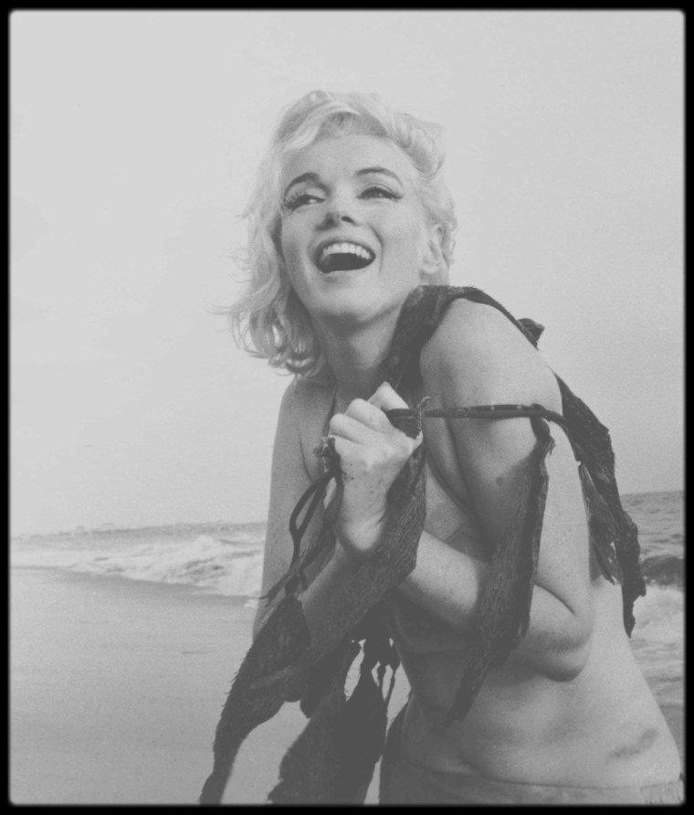 1962 / Prolongeons les vacances à la plage du côté de Santa Monica avec Marilyn jouant avec des algues sous l'objectif de George BARRIS.