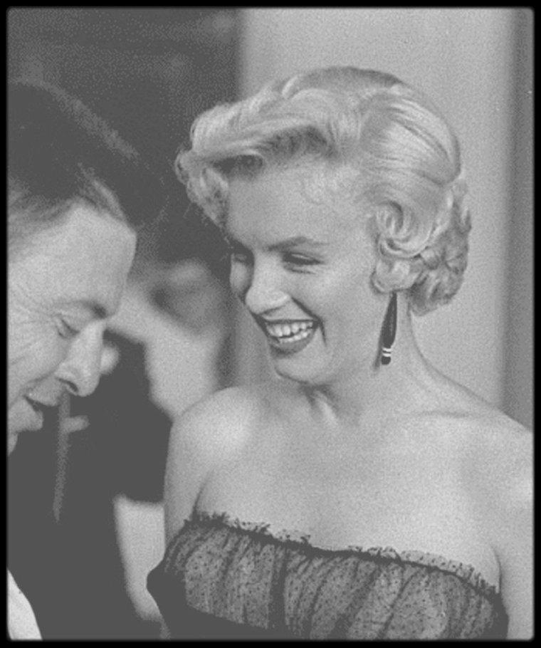 """9 Septembre 1954 / (PART II) Marilyn partit à New York pour le tournage de « The seven year itch », par le vol de 21 heures. A son arrivée à """"Idlewild Airport"""" (actuellement """"John KENNEDY Airport""""), le jeudi 9, à 8h15, elle dut se soumettre à plusieurs interviews, puis déjeuner avec les gens des magazines et enfin donner une conférence de presse au """"St Regis Hotel"""", à laquelle assistèrent entre autre le compositeur Irving BERLIN (qui avait composé les  chansons de « There's no  business like show business ») et le journaliste Earl WILSON. Billy WILDER était arrivé une semaine auparavant pour que tout soit prêt pour le tournage. Les rumeurs sur son mariage qui battait de l'aile se firent de plus en plus croissantes. Elle logea au """"Hampshire House Hotel""""."""