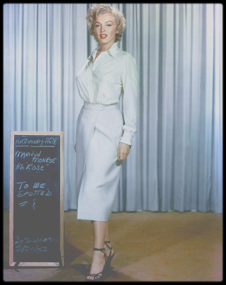 "1952-62 / ESSAIS COSTUMES / Voici un exemple de costumes et accessoires non retenus, créés pour Marilyn qu'elle devait porter dans les films ""Niagara"", ""There's no business like show business"", ""How to marry a millionaire"", ""Don't bother to knock"", ""River of no return"" ou encore ""Something's got to give"", la plupart par William TRAVILLA, qu'elle ne portera pas à l'écran."