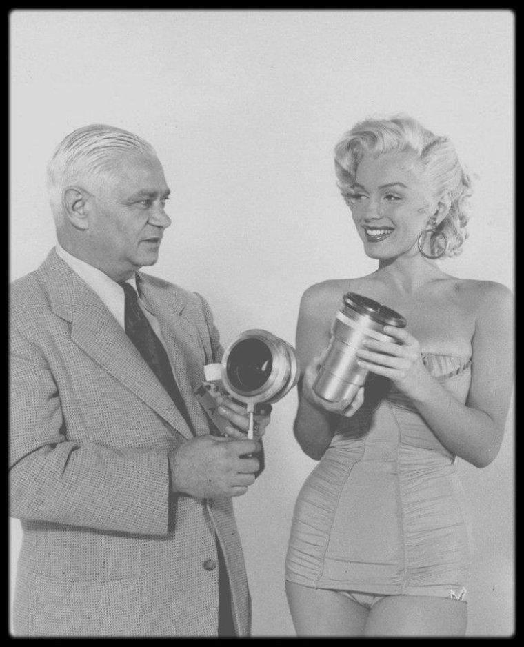 1953 / Marilyn et Sol HALPERIN faisant la publicité du système de prise de vue permettant la 3 D.