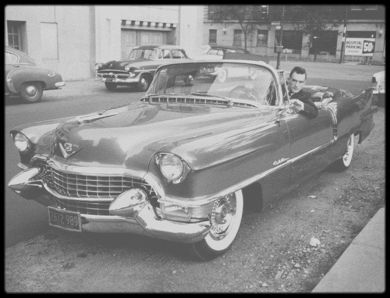 """1er Décembre 1953 / NAISSANCE D'UN MAGAZINE DE CHARME / """"Playboy"""" est créé en 1953 par Hugh HEFNER, dans sa ville natale de Chicago dans l'Illinois où il fonde le 1er octobre 1953 son entreprise d'édition, la """"HMH Publishing Corporation"""" (""""HMH"""" étant les initiales d'Hugh MARSTON HEFNER) avec pour tout capital 3 000 dollars et un budget de lancement réduit (600 dollars d'apport personnel et 8 000 dollars d'actions cédées à des amis). Il s'agit d'un mensuel avec des photos de femmes nues, ainsi que des articles sur la mode et l'art de vivre. Après plusieurs idées de titres (""""Stag Party"""", """"The Gentlemen's Club""""), Hugh HEFNER et son associé Eldon SELLERS s'arrêtent sur le titre de """"Playboy"""". Le premier numéro sort le 1er décembre 1953, avec Marilyn MONROE en couverture. Il titre « Playboy, divertissement pour hommes. Pour la première fois en couleurs dans la presse, les fameux nus de Marilyn MONROE », mais n'a pas de date au cas où les ventes n'auraient pas été bonnes, HEFNER pensant attendre plusieurs mois que ce premier numéro soit épuisé pour pouvoir lancer le second. C'est un succès immédiat. En quelques semaines, le titre se vend à plus de 50 000 exemplaires à 50 cents le numéro. Le second numéro est publié en janvier 1954."""