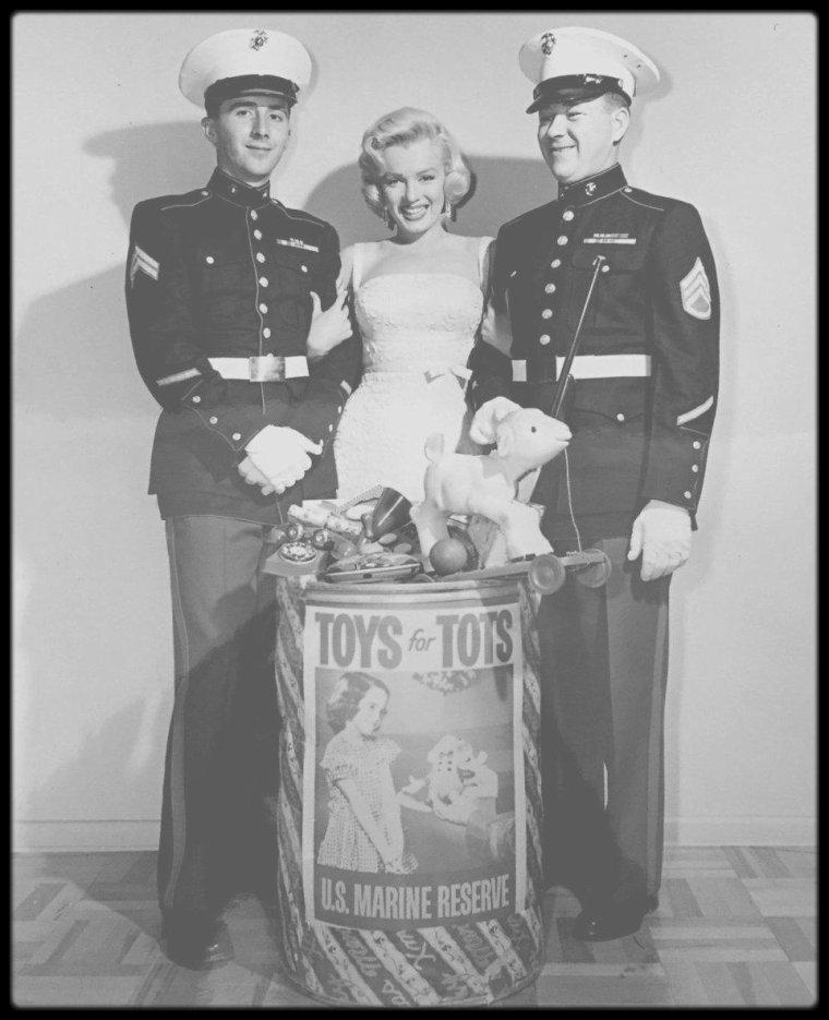 """1953 / Sur le tournage de """"How to marry a millionaire"""", Marilyn participe à la campagne de sensibilisation publique de """"Toys for Tots Campaign"""", sponsorisé par """"l'US Marines Corps"""", dont le but est de collecter des jouets pour les enfants de milieux défavorisés."""