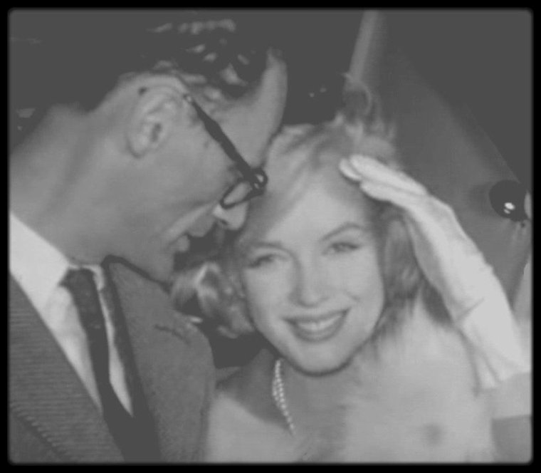 "2 Novembre 1959 / (PART II) (MES CAPTURES D'ECRAN) Les MILLER rentrant de New-York pour Los Angeles, où Marilyn doit débuter le tournage du film ""Let's make love""."