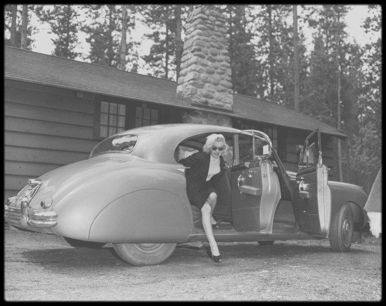 """1953 / Marilyn fait une escale à Vancouver, puis est conduite en voiture à Jasper, sur les lieux des tournages extérieurs du film """"River of no return"""" où elle logera au """"Banff Hotel""""."""