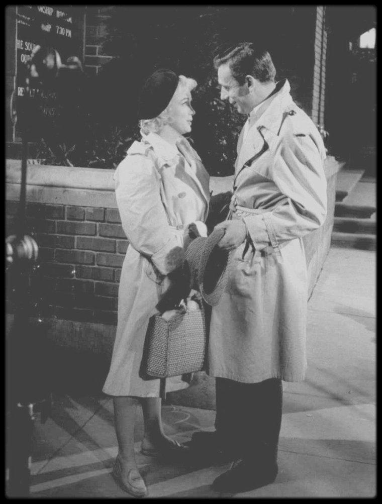 """1960 / Sur le tournage du film """"Let's make love"""", aux côtés de MILLER, CUKOR et MONTAND."""