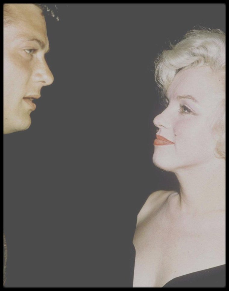 """8 Juillet 1958 / Marilyn est présentée à Tony CURTIS, entre autres, son futur partenaire dans le film """"Some like it hot"""", lors d'une conférence de presse organisée par la Fox, avec comme invités d'honneur, Billy WILDER, le réalisateur, Harold MIRISCH producteur, la chroniqueuse Louella PARSONS, George RAFT ou encore Jack LEMMON."""