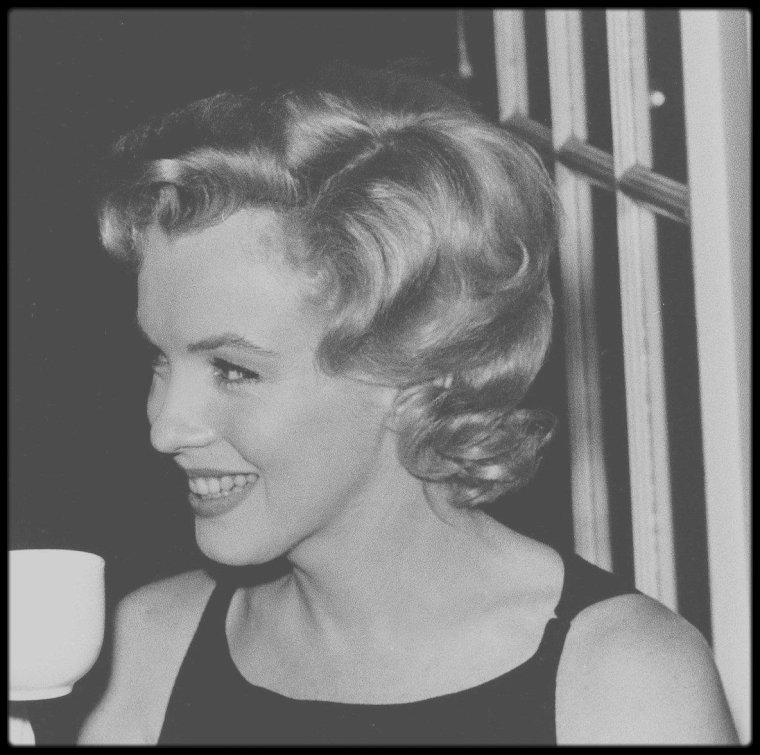 """15 Juillet 1956 / (PART III) A CUP OF TEA FOR MARILYN / Après une séance photos dans la roseraie d'Egham parc, une conférence de presse fut donnée dans la salle Lancaster de """"l'hôtel Savoy"""" de Londres pour  annoncer le début du tournage du film """"The Prince and the showgirl""""."""