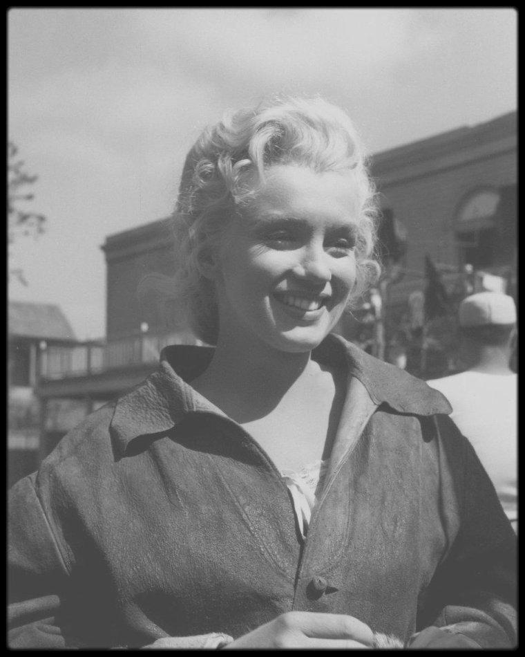 """1953 / Marilyn dans l'avant dernière scène du film """"River of no return"""", aux côtés de Tommy RETTIG, MITCHUM et Rory CALHOUN."""