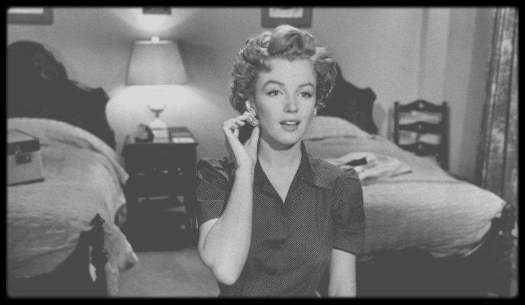 """1952 / Lors du tournage du film """"Don't bother to knock"""", où Marilyn donne la réplique entre autres à Richard WIDMARK qui dira à propos de la star suite à une interview : Comment s'est déroulé le tournage du film avec Marilyn MONROE ? J'aimais beaucoup Marilyn. Elle était un cas difficile, elle avait surtout peur de jouer ? et ce, durant toute sa carrière. Pour elle, c'était la croix et la bannière de se mettre les pieds sur le plateau, mais une fois qu'elle y était, tout allait pour le mieux. Elle était très vulnérable et dépressive, mais c'était une chic fille. Elle avait toujours un coach avec elle, qui lui donnait des indications sur sa diction et sa manière de se déplacer. Elle était incapable de se rappeler plus de trois mots. Le film n'était pas très bon, ce fut l'occasion pour ZANUCK de donner un premier rôle à Marilyn après plusieurs seconds rôles, et elle s'en est remarquablement sortie. Elle était une bête de cinéma. Il se passait quelque chose d'unique entre elle et la caméra, sans qu'on sache de quoi il s'agissait. Sur le plateau, on se disait elle est nulle, jamais on ne pourra garder cette prise . Et le soir, en voyant les rushes, tout le monde était enthousiasmé par le résultat. / Ce film sera le premier de l'actrice Anne BANCROFT."""