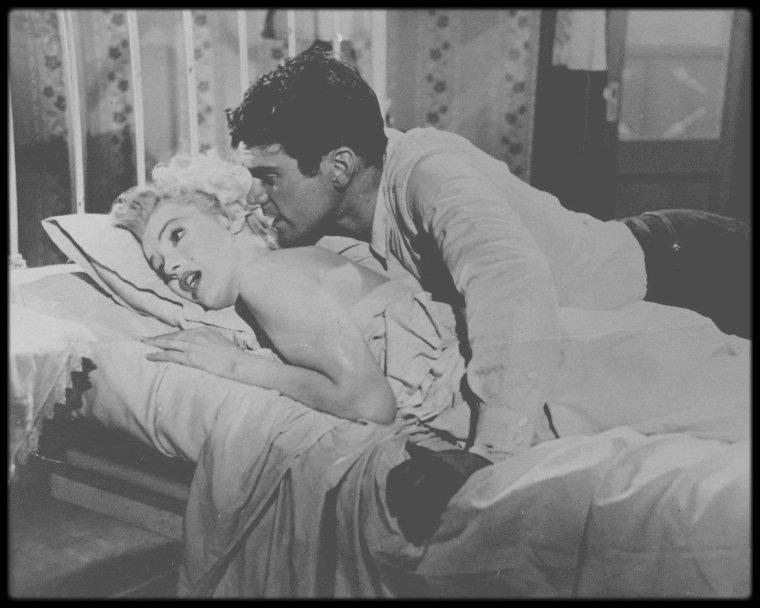 """1956 / Sur le tournage d'une scène du film """"Bus stop"""" aux côtés de Don MURRAY."""