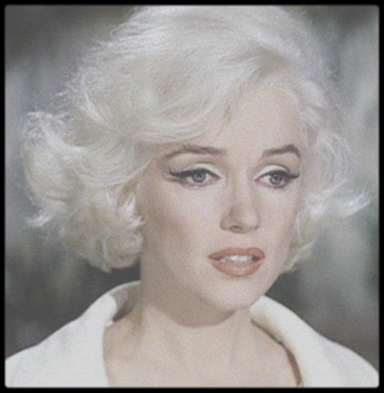 """1962 / Mes captures d'écran de Marilyn dans son dernier film inachevé """"Something's got to give"""", captures issues du documentaire """"The final days"""". / """"Marilyn Monroe - les Derniers Jours"""" (""""Something's Got to Give"""") est un film américain inachevé de George CUKOR débuté en 1962. Il appartient aux ½uvres cinématographiques inachevées les plus célèbres de l'Histoire du cinéma en raison des problèmes posés par les absences répétées de son actrice Marilyn MONROE pendant le tournage puis la disparition tragique de celle-ci qui stoppa net le film. Dans les archives de la Fox, environ 500 minutes de film ont été retrouvées qui ont permis la production d'un """"Something's got to give"""" de 37 minutes dans l'émission de télévision """"Marilyn MONROE - The final days"""" et commercialisées en DVD, en France, avec pour titre """"Les derniers jours"""". La réalisation finale en 2001 du film inachevé est dédiée à Marilyn MONROE (1926-1962), Dean MARTIN (1917-1995) et George CUKOR (1899-1983)."""