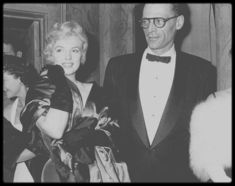 """12 Octobre 1956 / (PART IV) Marilyn et son époux Arthur MILLER se sont retrouvés au """"Lowndes Cottage"""", à Belgravia dans Londres, afin de partager un apéritif avec Laurence OLIVIER et son épouse Vivien LEIGH, ainsi que Jack CARDIFF (directeur photo sur """"Le Prince et la danseuse"""") et son épouse. Puis ils se rendent tous au """"Comedy Theater"""", où se joue """"A View from the Bridge"""" (""""Vu du pont""""), une pièce de théâtre d'Arthur MILLER. Les époux iront ensuite saluer les comédiens dans leur loge pour leur prestation."""