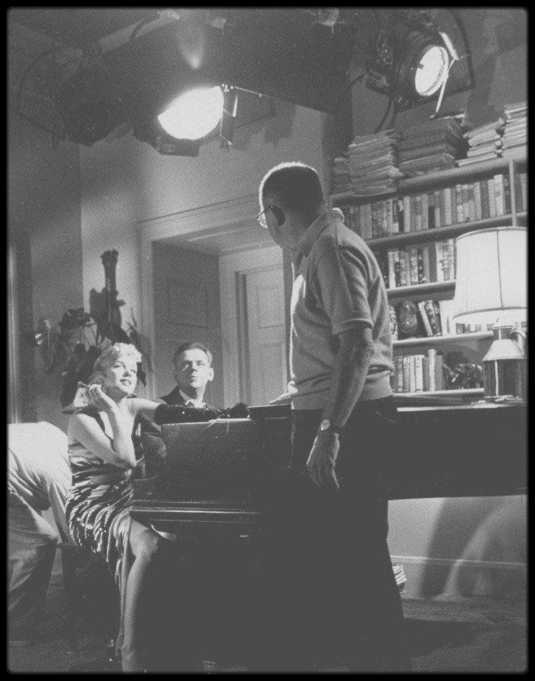 """1954 / Marilyn jouant les vamps pour une scène du film """"The seven year itch"""", aux côtés de Tom EWELL au piano."""