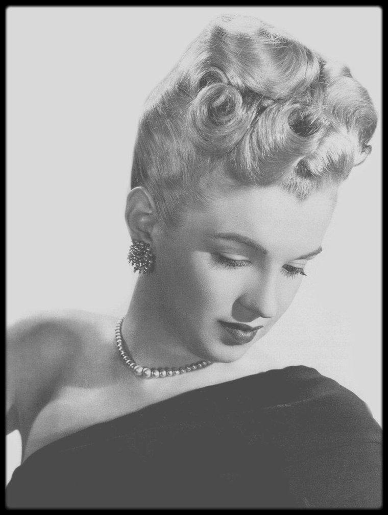 1946 / Norma Jeane est désormais blonde, un aspect inhabituel de la star sur cette photo.