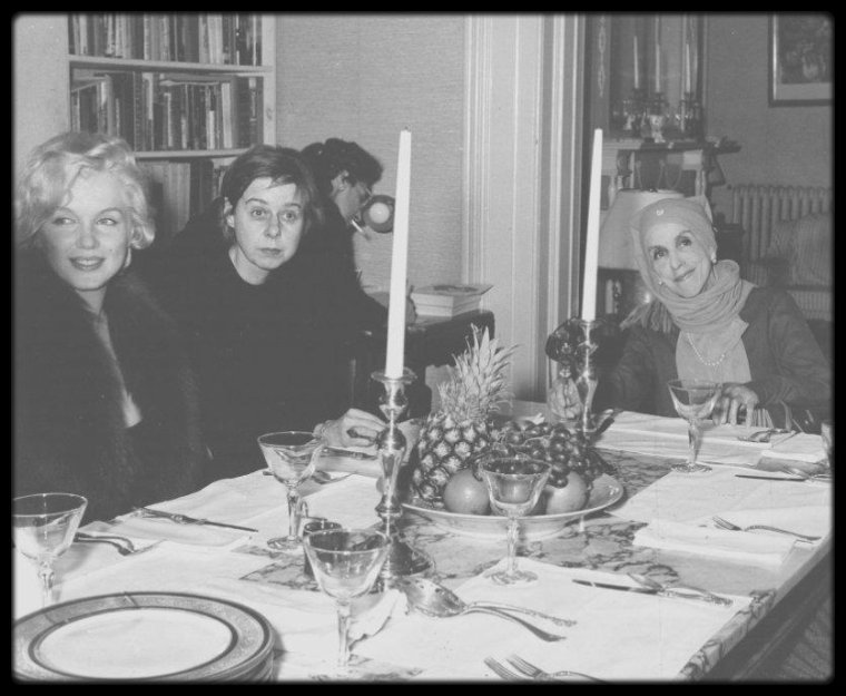 5 Février 1959 / (PART II) Marilyn, accompagnée d'Arthur MILLER, rencontre la Baronne et femme de lettres Karen BLIXEN et Carson McCULLERS, romancière. (photo cover tirée à l'envers).