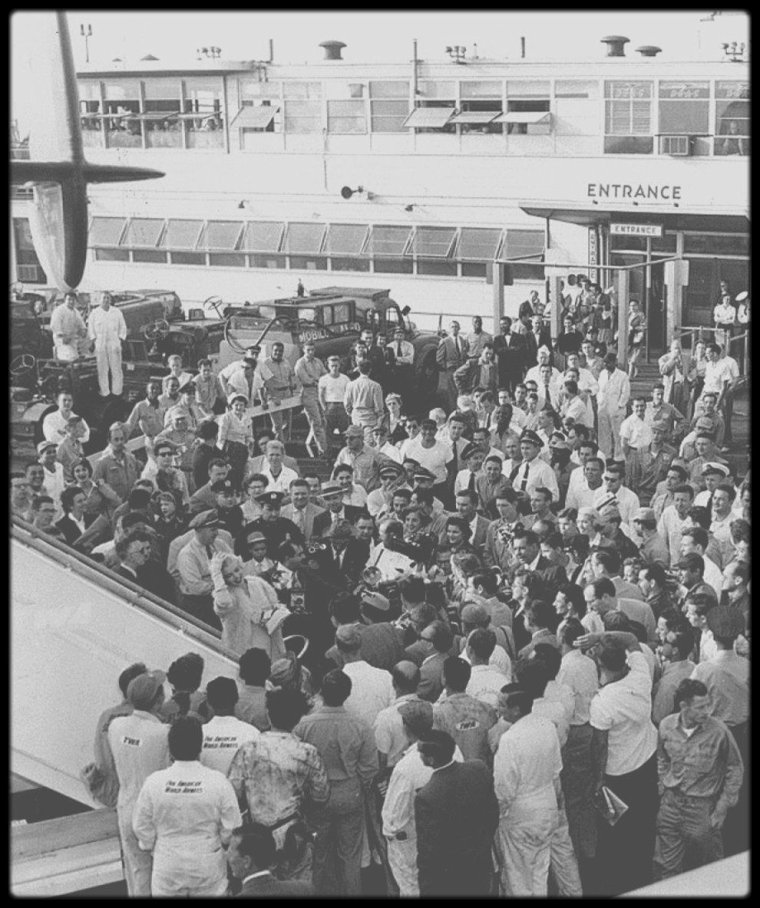 """8 Septembre 1954 / Marilyn arrive à New-York pour débuter les extérieurs du film """"The seven year itch"""", où une foule impressionnante l'attend ; une mini interview est improvisée sur le tarmac de l'aéroport, avant de regagner sa chambre d'Hôtel au """"St Regis""""."""