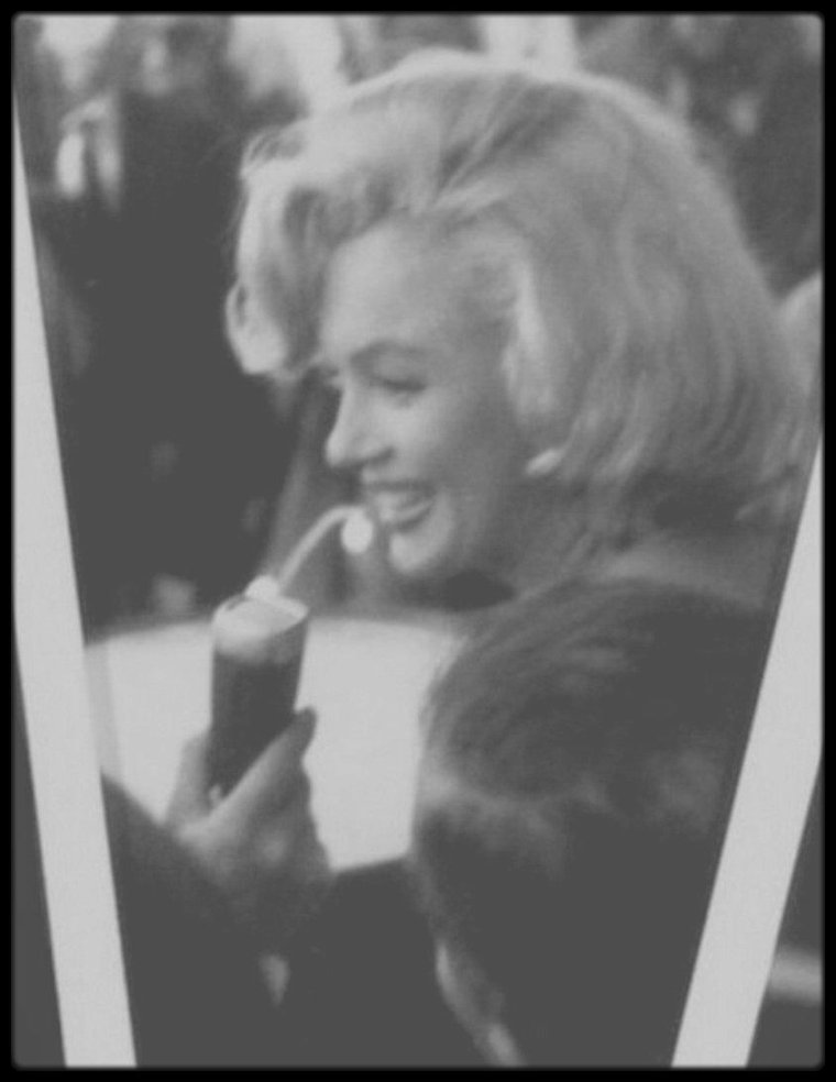 """2 Juillet 1957 / (PART III) Arrivée en hélicoptère, Marilyn est conviée à inaugurer le site du futur emplacement du """"Time and Life"""" building, situé dans le """"Rockfeller Center"""". L'immeuble sera inauguré en 1959."""