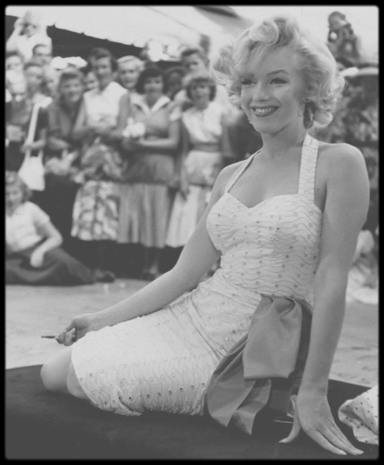 """26 Juin 1953 / (PART IV) Marilyn et Jane RUSSELL, sa partenaire féminine dans le film """"Gentlemen prefer blondes"""", sont invitées à apposer leurs empreintes de mains et de pieds dans le ciment frais sur le trottoir du """"Grauman's Chinese Theatre""""."""
