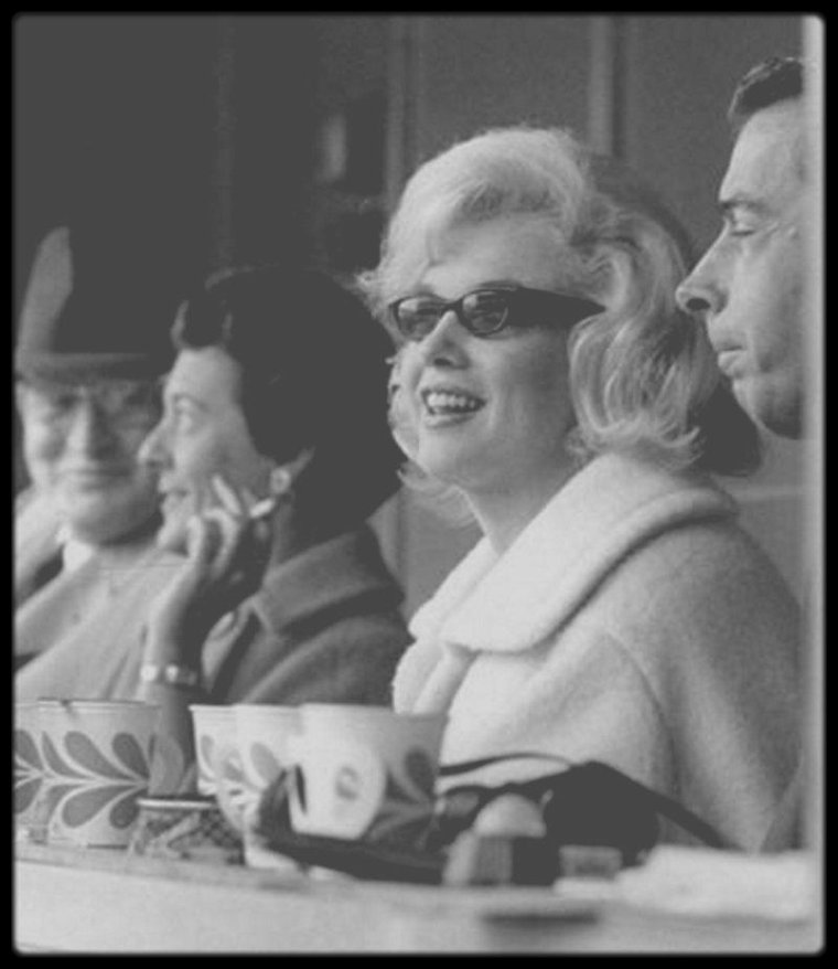 "11 Avril 1961 / (PART II) Marilyn et Joe assistèrent au match d'ouverture de la saison de base-ball, entre les ""New York Yankees"" et les ""Minnesota Twins"", au ""Yankee Stadium"" de New York."
