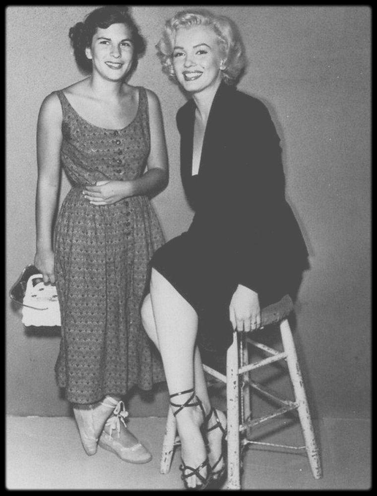 """1952 / Marilyn lors du tournage du film """"Niagara"""", notamment avec son maquilleur, confident et ami """"Whitey"""" SNYDER ou le metteur en scène Henry HATHAWAY, portant un tailleur noir, pour la scène finale du film, où Rose as Marilyn meurt étranglée par son mari."""