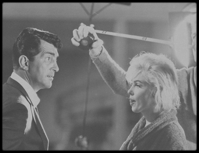 """1962 / Les RARES de Marilyn sur le tournage de son dernier film inachevé """"Something's got to give"""", aux côtés de George CUKOR, le réalisateur, sa coach Paula STRASBERG, son partenaire masculin dans le film Dean MARTIN, ou encore avec son maquilleur Allan SNYDER."""