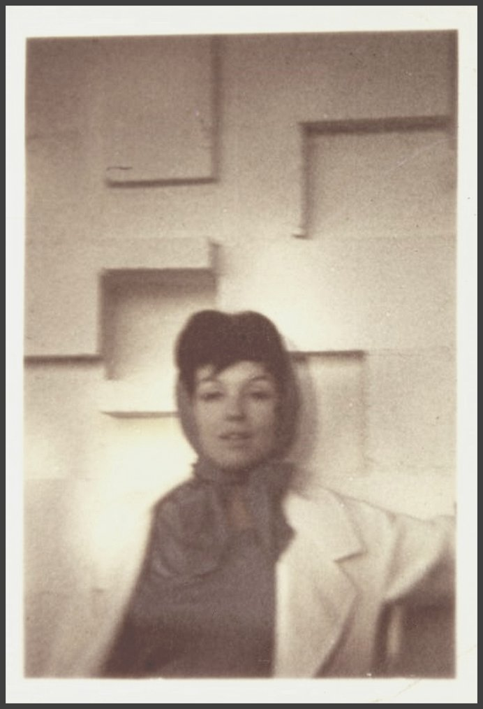 1960-62 / Voici comment apparaîssait Marilyn, lorsqu'elle voulait passer inaperçue, perruquée brune et foulard, jusqu'allant porter le pseudo de Zelda ZONK.