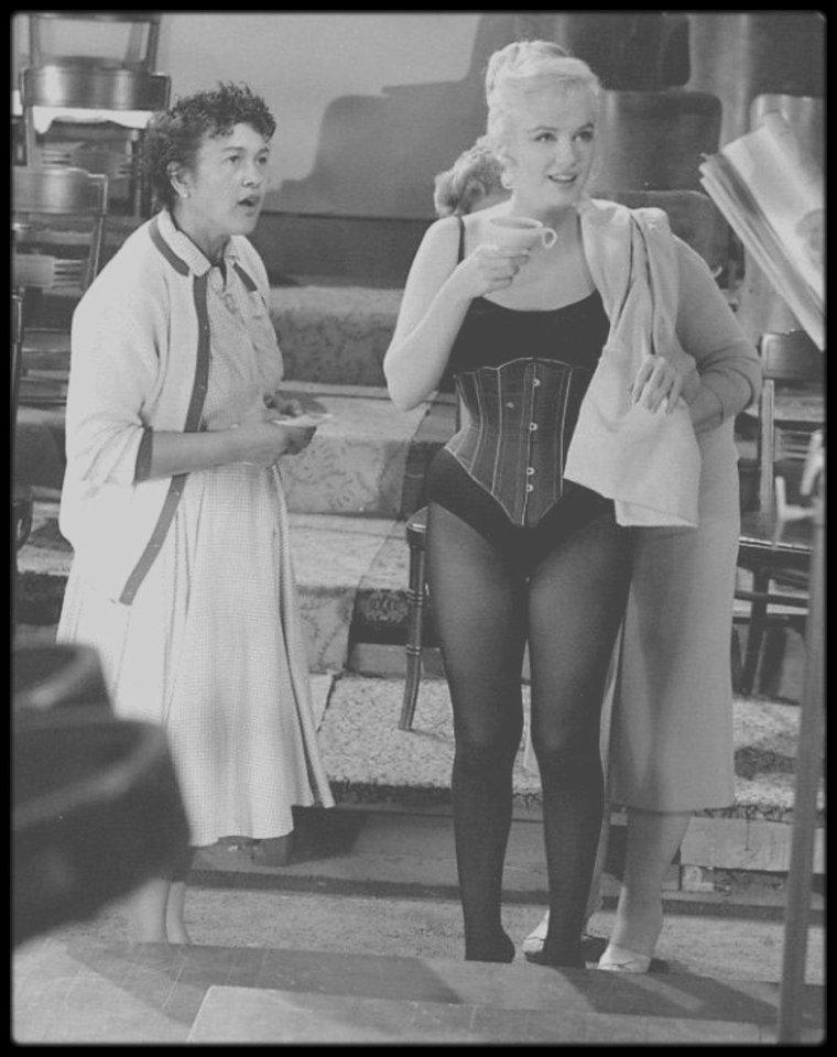 """1960 / Marilyn aux côtés notamment de MONTAND, George CUKOR ou encore Tony RANDALL lors du tournage du film """"Let's make love""""."""
