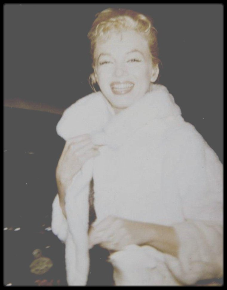 """16 Avril 1960 / Marilyn assista en compagnie d'Yves MONTAND à la revue de Joséphine BAKER au """"Hartford Theater"""" d'Hollywood."""