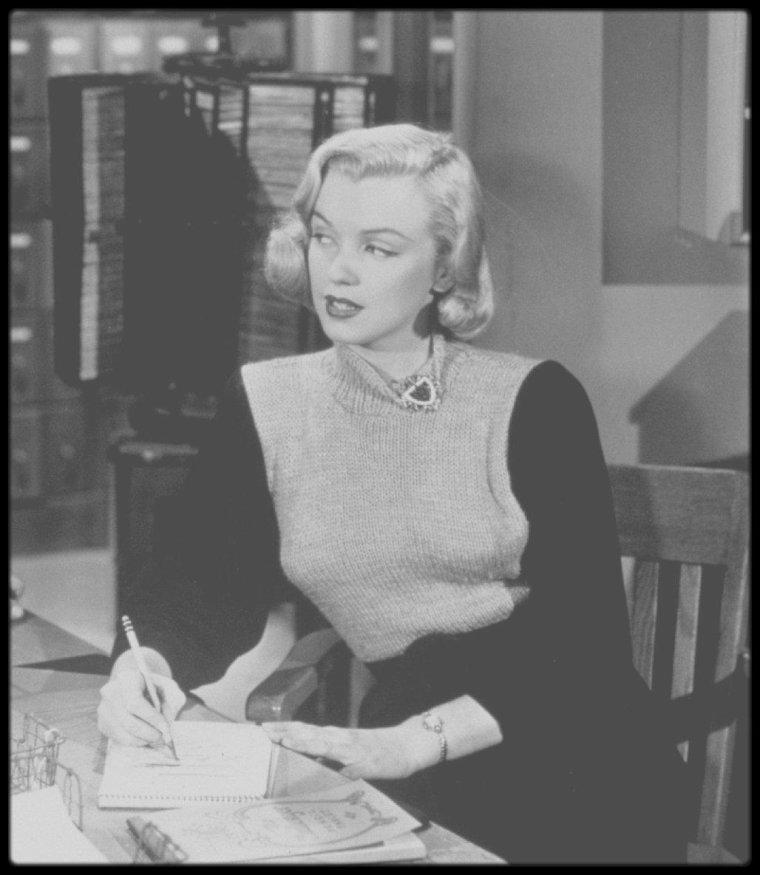 """1950 / Le 22 mars 1950, Marilyn signe son contrat pour le rôle de Iris MARTIN (secrétaire) dans le film """"Home town Story"""" (sous le titre provisoire de """"Between the lines"""") : il est stipulé qu'elle percevra un salaire de 350 Dollars par semaine et que le tournage débutera le 24 mars 1950. Marilyn vivait au 1301 North Harper Avenue à Hollywood (Californie). / SYNOPSIS / Battu lors des élections sénatoriales, Blake WASHBURN reprend les rênes du journal de son oncle Cliff, le """"Fairfax Herald"""". Sa rancoeur le pousse à utiliser son éditorial contre le nouveau sénateur, son ennemi, M. MacFARLAND, propriétaire de l'usine industrielle qui porte son nom. Blake édite de nombreux articles critiquant les profits des grands patrons. Ses proches, sa fiancée Janice, et son ami le journaliste Slim, le désapprouvent. Une véritable campagne contre les financiers est engagée jusqu'au jour où Cathy, la petite s½ur de Blake, est victime de l'éboulement d'une ancienne mine. Cet accident impliquant sa jeune soeur mais également du matériel MacFARLAND, va lui révéler combien il avait tort. Il tourne sa veste et défend désormais les bienfaits pour la société engendrés directement et indirectement par les bénéfices des entreprises. (photos du film et photos publicitaires)."""
