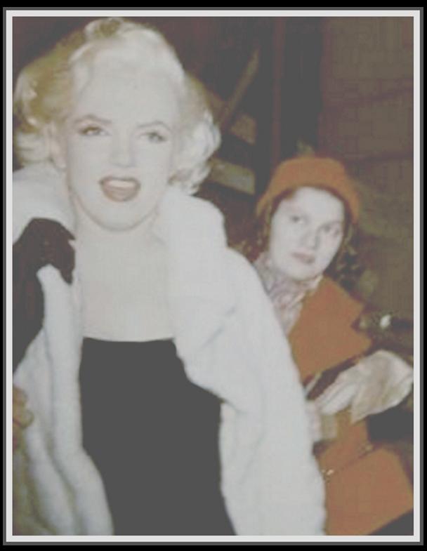 """1955 / RARES instantanés de Marilyn, à New York, lors de diverses soirées, notamment celle de l'anniversaire de Jackie GLEASON (voir article dans le blog) prisent par une des 6 membres d'un petit groupe de fans de l'époque, appelés les """"MONROE six"""", Frieda HULL."""