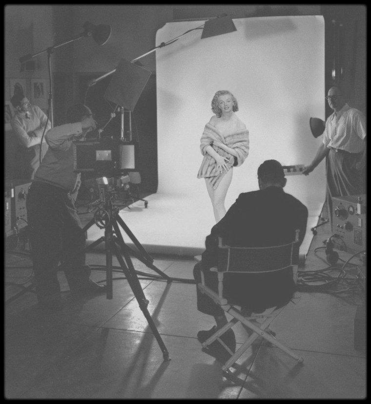 1949 / Lors d'une session photos avec Tom KELLEY (le photographe qui immortalisa Marilyn sur un drap de velours rouge, nue, pour LE FAMEUX calendrier).
