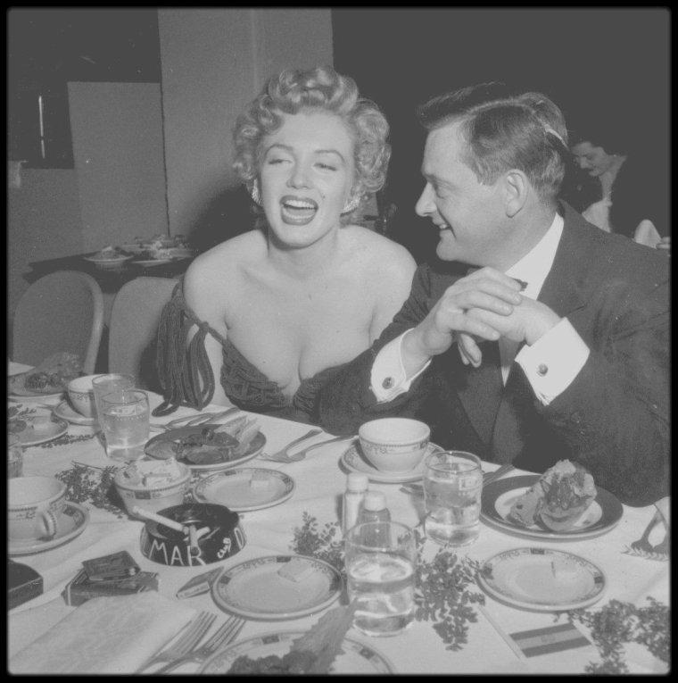 """26 Janvier 1952 / (Part III) Marilyn reçoit le prix de « La plus jeune personnalité du box-office » par les """"Henrietta Awards"""", remis par les acteurs et couple à la ville, Arlene DAHL et Lex BARKER."""