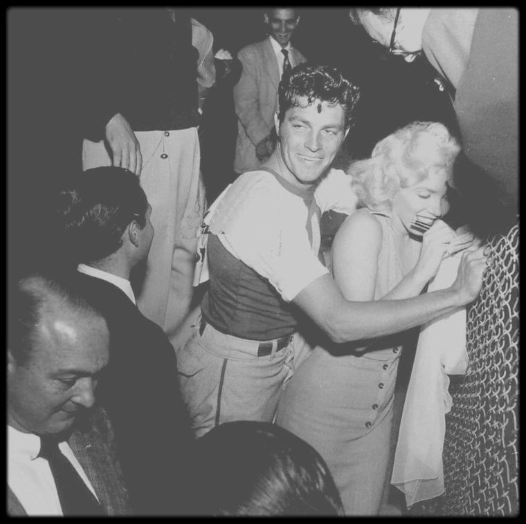 "15 Septembre 1952 / (Part III) Marilyn donne le coup d'envoi à un match de baseball à but caritatif, le sixième organisé annuellement : ""Out of this world series charity base-ball game"", au stade ""Gilmore Field"" de Los Angeles. Parmi les participants : le boxeur Art ARAGON, et les acteurs Mickey ROONEY et Dale ROBERTSON. Marilyn portait la robe rose avec laquelle elle fit la promotion du film ""Niagara""."