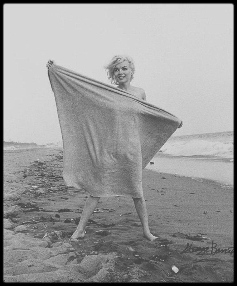 """13 Juillet 1962 / Dernier jour de la séance photos de Marilyn avec le photographe George BARRIS pour le magazine """"Cosmopolitan"""", sur la plage """"Will Rogers State Beach"""" à Santa Monica, non loin de la maison de Peter LAWFORD. Marilyn décèdera dans la nuit du 4 au 5 Août, quelques jours après cette séance photos."""