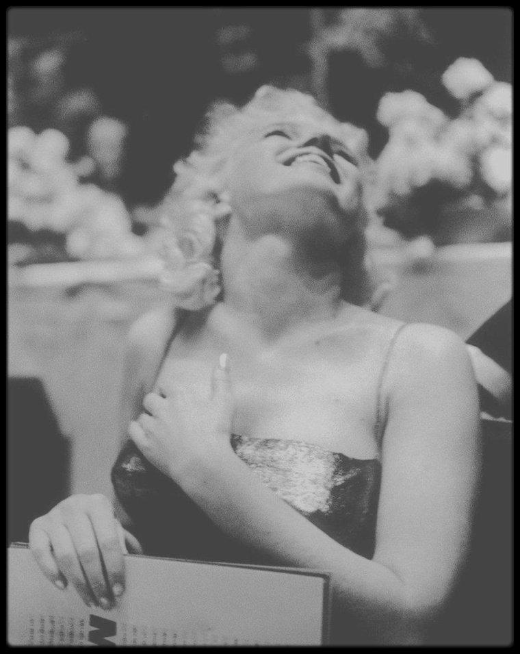 """11 Mars 1955 / (Part IV) RARES PHOTOS / Marilyn est conviée à une soirée donnée au """"Friars Club"""" du """"Waldorf Astoria"""" de New York, club réservé exclusivement aux hommes, Marilyn étant l'invitée d'honneur, où elle arrive accompagnée de Milton GREENE ; le maître de cérémonie de cette soirée est Milton BERLE, l'humoriste, et on compte parmi les convives, le duo Dean MARTIN / Jerry LEWIS, Sammy DAVIS Jr, Eddie FISHER et tant d'autres."""