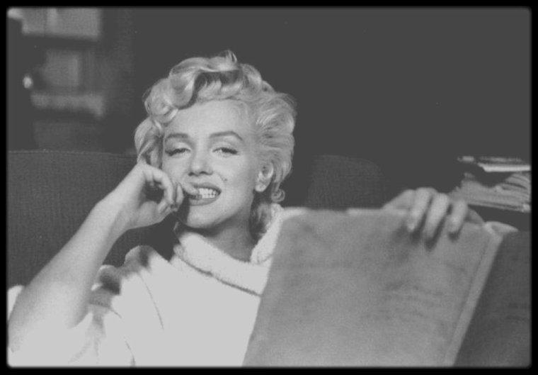 """1954 / Marilyn en peignoir dans sa loge, lors du tournage du film """"The seven year itch"""", sous l'objectif des photographes, Bob HENRIQUES, Elliott ERWITT, Sam SHAW ou encore George BARRIS."""