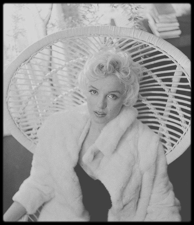 22 Février 1956 / Marilyn et sa dame de compagnie se rendent à une séance photos dans les studios de Cecil BEATON, à New York.