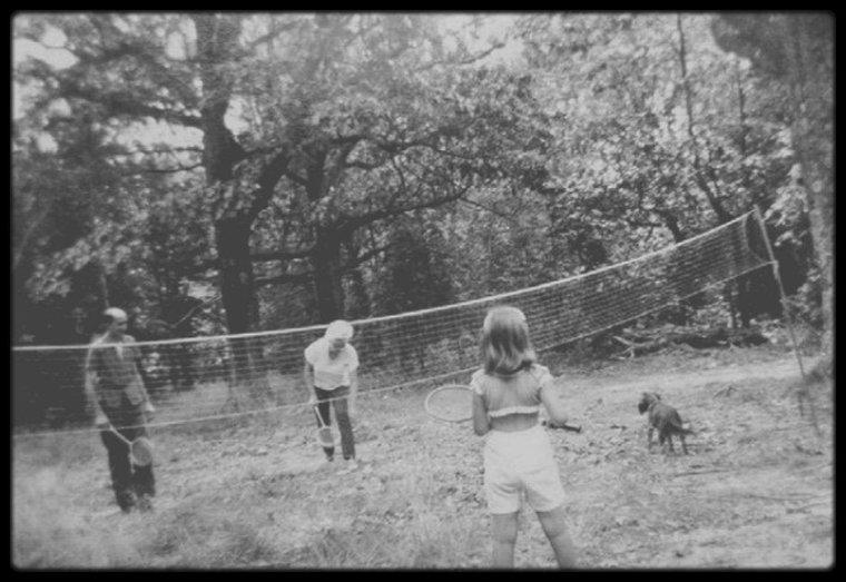 1956 / RARE Marilyn jouant au badminton dans la propriété de MILLER, à Roxbury.
