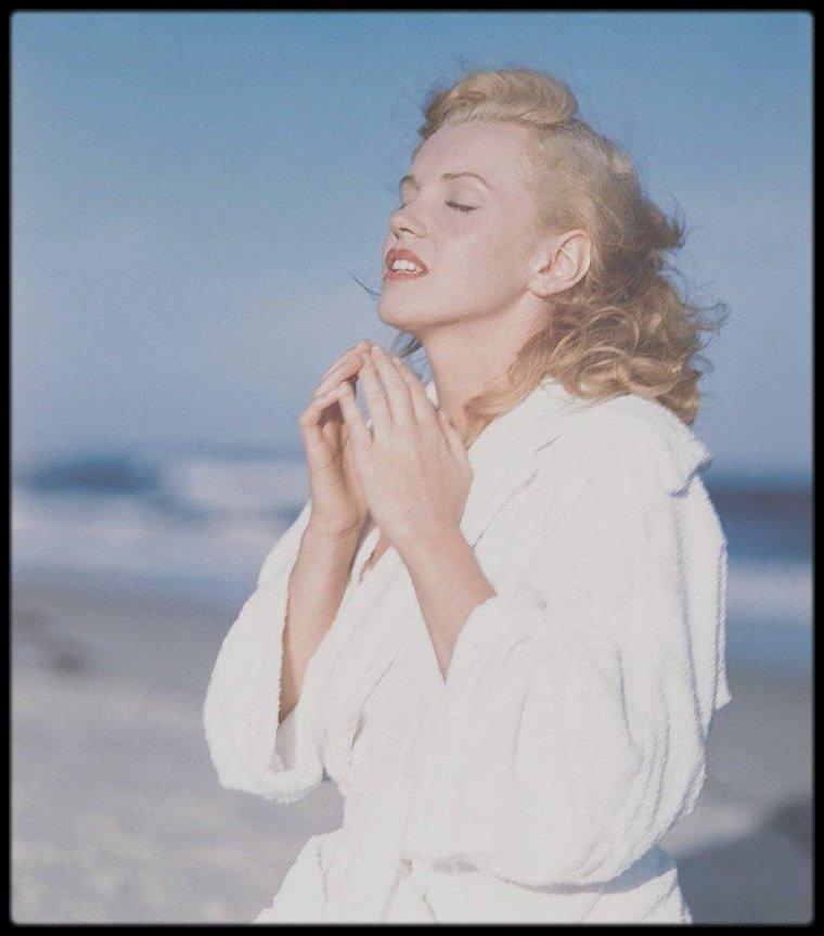 1949 / Session peignoir, Marilyn sur la plage de Tobay Beach, sous l'objectif du photographe Andre DE DIENES.