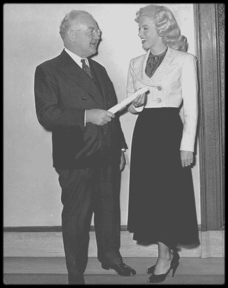 """2 Juin 1948 / Marilyn officie en tant qu'hôtesse d'accueil à la fête du """"Los Angeles Press Ball"""". Elle porte une des tenues du film """"Ladies of the chorus"""" (photo 2)."""