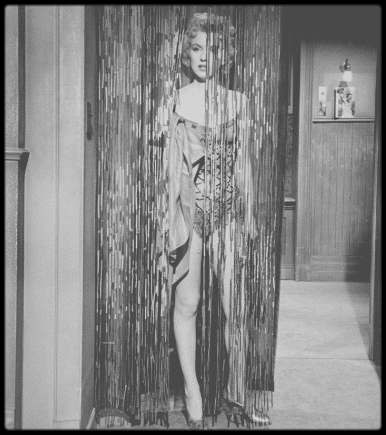 """1956 / Marilyn chante dans une des scènes du film """"Bus stop"""", la chanson """"That old black magic"""" (voir article et paroles de la chanson sur le blog). / Les paroles de la chanson ont été écrites par Johnny MERCER et la musique composée par Harold ARLEN en 1942. Le parolier Johnny MERCER a écrit cette chanson en pensant à Judy GARLAND, qui l'interpréta en 1942. La chanson est devenue un standard aux USA, et interprétée par les plus grands chanteurs et chanteuses, entre autres : Margaret WHITING, Tony BENNETT, Frank SINATRA, Sammy DAVIS Jr, Bing CROSBY, Ella FITZGERALD, Jerry LEWIS, Rod STEWART, Tom JONES, Robbie WILLIAMS, Jamies CULLUM ; ainsi que les musiciens Glenn MILLER et Miles DAVIES."""