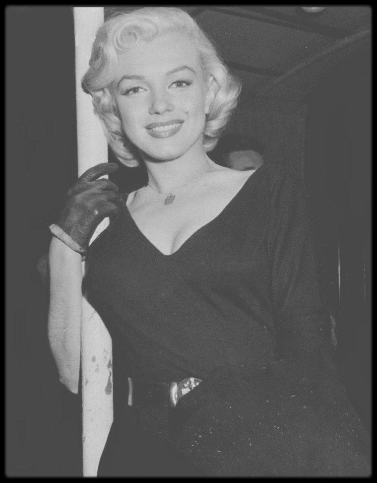 """1953 / RARE Marilyn (""""La Rue Restaurant"""")."""