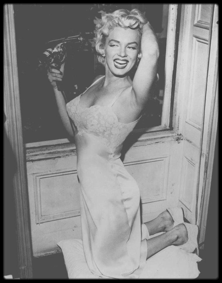 """1954 / Sur le tournage d'une scène du film """"The seven year itch"""", où Marilyn répète en déshabillé sous l'objectif, entre autres, du photographe Sam SHAW."""