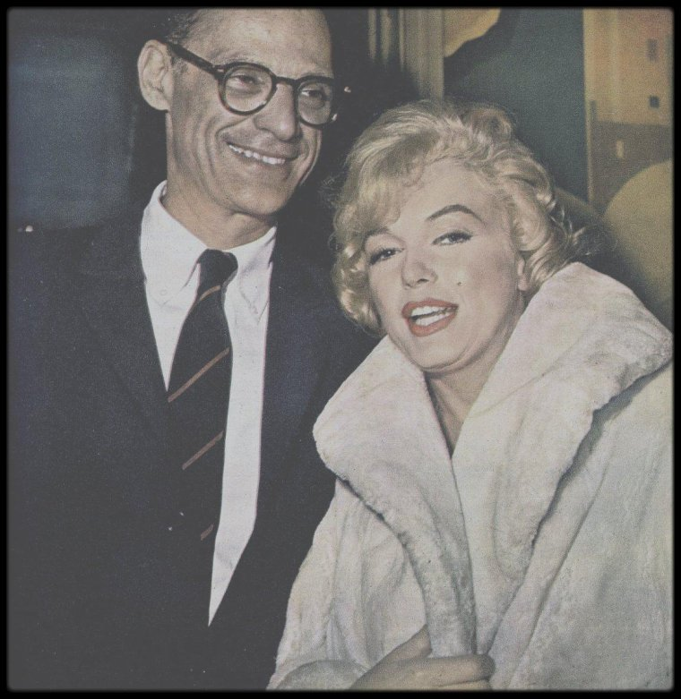 """16 Janvier 1960 / (Part III) Une conférence de presse est organisée par la FOX, afin de présenter le film """"Let's make love"""", comptant parmi les convives, Yves MONTAND et sa femme Simone SIGNORET, les journalistes Sidney SKOLSKY, Dorothy KILGALLEN, Bob THOMAS ou encore Army ARCHED, les acteurs Milton BERLE, Frankie VAUGHAN, le producteur Budy ADLER et le réalisateur George CUKOR, sans omettre MILLER, qui arrive au bras de Marilyn et tant d'autres."""