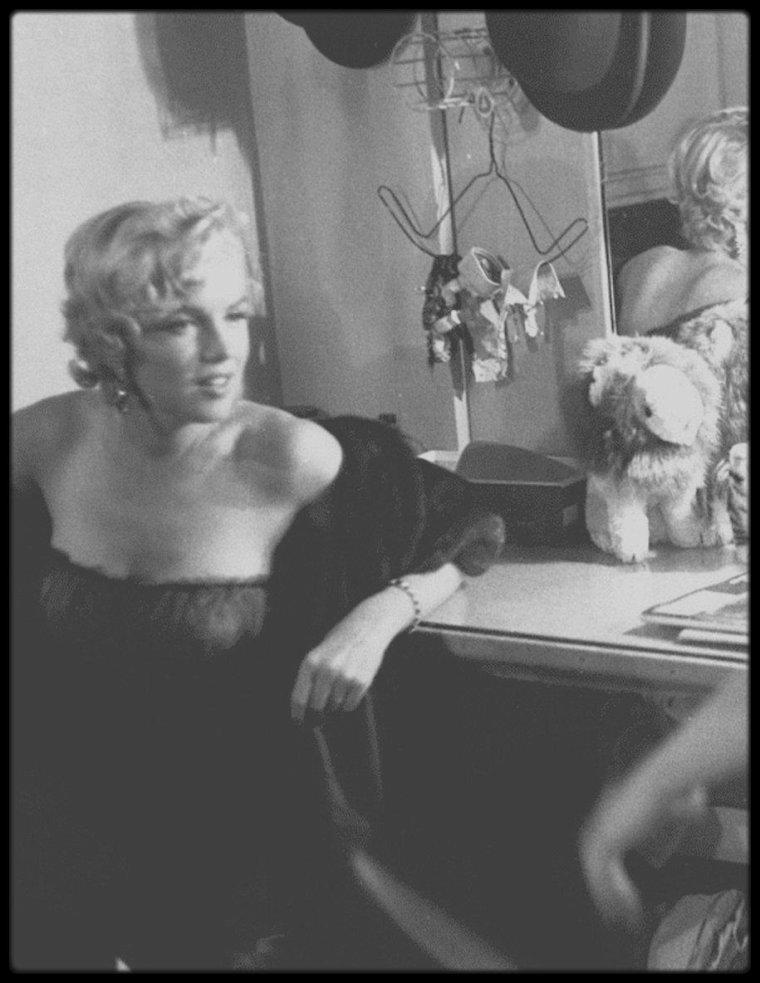 """1954 / (Part II) Après la représentation de la pièce de théâtre """"The pajama game"""", Marilyn se rend dans la loge des acteurs afin  de les saluer, et de les féliciter pour leur prestation. Plus tard dans la soirée, après avoir dîner, elle se rend prendre un verre au """"Club 21""""."""