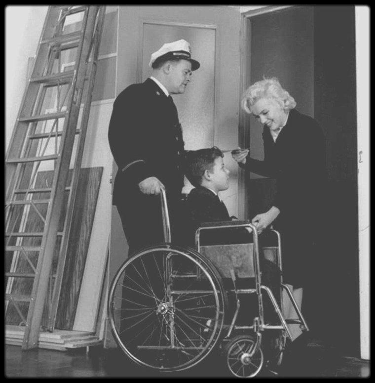 17 Novembre 1955 / Marilyn assista à New York à  la « 1955 Thanksgiving March of Muscular Dystrophy Drive », organisée par l'association internationale des pompiers, dont Jack BOSTICK était le vice-président.