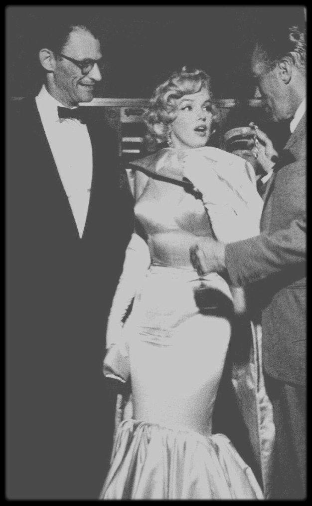"""13 Juin 1957 / (Part III) Marilyn et Arthur se rendent à la première du film """"The Prince and the showgirl"""", au """"Radio City Music Hall"""" de New York, sur Manhattan ; anecdote, lors de leur arrivée, suite à de grosses bousculades, Marilyn perd une boucle d'oreille, ramassée puis remise en place par Ed SULLIVAN, l'animateur sur CBS."""