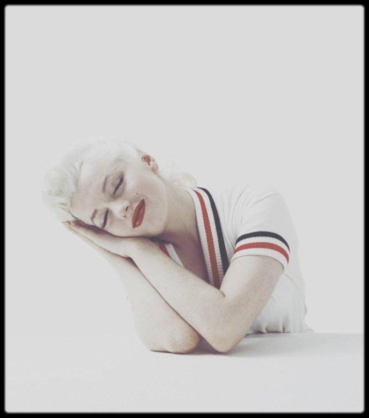 1955 / Cette séance a eu lieu dans le studio de GREENE situé à Weston dans sa maison du Connecticut. Marilyn y a séjourné au début de l'année 1955. Cette séance est souvent datée du mois de février pour cette raison voir de janvier, sachant qu'au mois de mars elle s'est retrouvée à New York pour de très nombreuses apparitions.