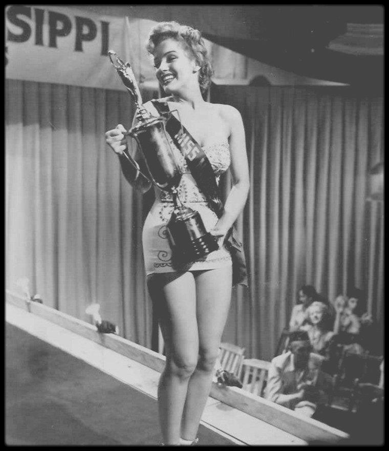 """11 Janvier 1952 / Marilyn commence les essayages de costumes pour le film """"We're not married"""", dont le tournage débutera en Mai ; un rôle sur mesure pour Marilyn, qui joue les Miss dans ce film aux côtés, entre autres, de David WAYNE qu'elle retrouvera plus tard dans """"How to marry a millionaire""""."""